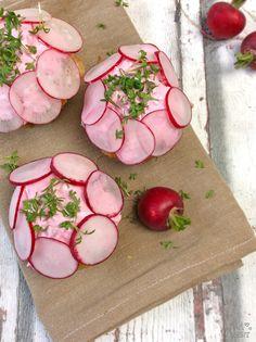 Bärlauchmuffins mit Frischkäse und Radieschencreme Bistro Food, Healthy Food, Healthy Recipes, Cup Cakes, Snacks, Vegetables, Cooking, Savory Muffins, Bakken