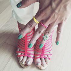 . 은박발네일과 핑크형광샌들 귀여운 형광 반지들! . Fluorescence nails & rings . . . . #ootd #daily #dailylook #데일리 #옷스타그램 #셀스타그램 #셀카 #셀피 #selfie #줌마그램 #줌스타그램 #gangnam #style #강남 #스타일 #올세인츠 #맨투맨 #allsaints #instacool #네일 #fluorescence #instasize #korea #follow #me #팔로우 #슈스타그램 #발스타그램
