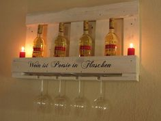 Weinregal Wein ist Poesie in Weiß mit Kerzen
