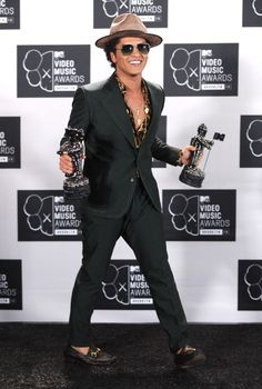 Bruno Mars winner of two awards of the MTV VMAs Bruno Mars Awards, Mtv Video Music Award, Music Awards, Actors, Bae, Superstar, Famous People, Singers, Men's Fashion