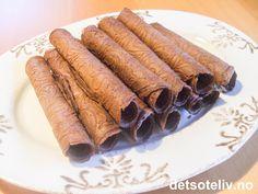 """En populær variant av den tradisjonelle norske kaken """"Strull"""" (se oppskrift på detsoteliv.no). Oppskriften gir ca 30 stk. Cheesecakes, Scones, Granola, Carrots, Sausage, Food And Drink, Xmas, Cookies, Baking"""
