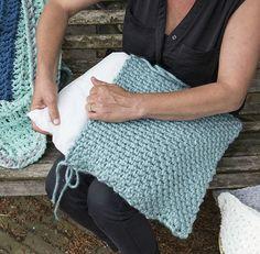 Excelente Bricolaje Haz tu propia almohada a croché - Wonen & Co Diy Crafts Knitting, Diy Crafts Crochet, Crochet Home, Crochet Gifts, Crochet Projects, Free Crochet, Knit Crochet, Arm Knitting, Knitting Patterns
