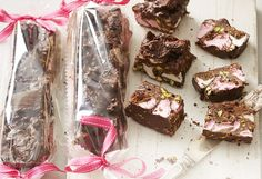 Transform the simple Aussie biscuit fave into something truly amazing! With nuts, marshmallows, coconut and Turkish delight, Tim Tams make a great rocky road. Chocolate Pizza, Chocolate Slice, Chocolate Sweets, Chocolate Recipes, No Bake Treats, Yummy Treats, Delicious Desserts, Sweet Treats, Xmas Food