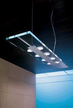 Jek 4 S-O Sospensione 8 luci Lung. 62 cm  Lampada a sospensione (lampadario) della collezione JEK disegnata da Andrea Pamio nel 2001 e composta da una struttura in metallo e diffusore in cristallo extrachiaro trasparente. Lunghezza 62 cm