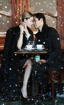 雪の降るパリで、愛情あふれるキスを…
