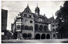 Rathaus 1930er    Freiburger Neue Rathaus dient der Verwaltung seit 1901 Das älteste Freiburger Rathaus findet sich im Rathausinnenhof. Im Jahr 1497/98 tagte hier der Reichstag unter Kaiser Maximilian I. Seit1547 trägt es den Namen Gerichtslaube. Als die Gerichtslaube zu