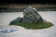 Ryoanji Temple - A mountain in the garden - Kyoto Japanese Rock Garden, Zen Rock Garden, Zen Garden Design, Dry Garden, Japanese Garden Design, Garden Paths, Landscape Design, Japanese Gardens, Pea Gravel Garden