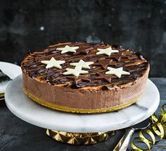 Indulge in this no-bake chocolate cheesecake after a special dinner. Whether it's for New Year's Eve or a birthday, it's sure to impress No Bake Chocolate Cheesecake, Chocolate Torte, How To Make Cheesecake, Salted Caramel Chocolate, Chocolate Caramels, Homemade Chocolate, Chocolate Recipes, Cheesecake Recipes