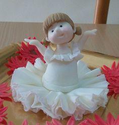 bllerina in pasta di zucchero uguale alle bomboniere per una bambina, i fiori sono di un altra decorazione
