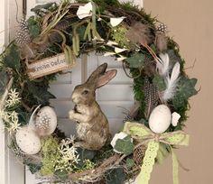 """Sehr natürlicher Türkranz aus Moos mit künstlichem Efeu, viel Naturmaterial, künstlichen, kleinen Blüten, künstlichen und echten Eiern, einem Juteschild """"Frohe Ostern"""" und einem süßen, sehr..."""