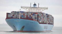 Emma Maersk-Die Emma Maersk (Bild) ist das größte Containerschiff der Welt und ein schwimmender Superlativ: Sie ist 397 Meter lang, fast 57 Meter breit und bietet Platz für 14.770 Container. Mit ihren Abmessungen ist sie sogar zu groß um den Panama-Kanal zu durchqueren, woraus sich auch der Name ihrer Schiffsklasse ergibt: Postpanamax. Erst nach der Erweiterung des Kanals, der Atlantik und Pazifik miteinander verbindet, wird auch dieser Gigant der Weltmeere die praktische Abkürzung nutzen…