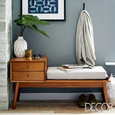 Em conjunto com uma bela composição de cores, a madeira entra em sincronia com o revestimento em tom cinza e adornos
