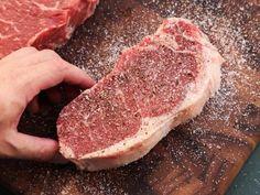 Se está buscando dicas sobre o tempero da carne que vai assar no churrasco, está no lugar certo! O TudoReceitas ensina a preparar. Sous Vide Ribeye, Porterhouse Steak, Ways To Cook Steak, Cooking The Perfect Steak, Tenderloin Steak, Shish Kabobs, Sous Vide Cooking, Cooking Steak, Meat Rubs