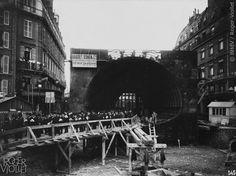 traversée de la Seine au Châtelet (Place Saint-André des Arts). Chantier de la station Place Saint-Michel. Visite de la Corporation de la Cité de Londres. Photographie de Charles Maindron, 15 octobre 1906, Paris. © BHdV / Roger-Viollet
