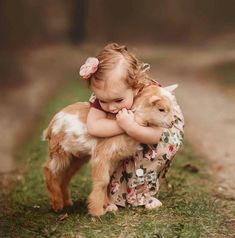 Moments Of Children With Animals Animals For Kids, Cute Baby Animals, Animals And Pets, Cute Baby Pictures, Animal Pictures, Cute Baby Girl, Cute Babies, Kindness To Animals, Belle Photo