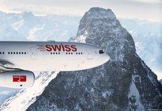 Um Airbus da Swiss Airlines no momento que sobrevoa os Alpes Suíços a altitudes inferiores aos picos desta cordilheira.