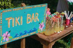 Crea un cartel anunciando tu Tiki Bar y colócalo cerca de las bebidas. #fiestahawaiana #tikibar