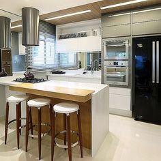 """860 curtidas, 8 comentários - Architect & Interior Designer (@thaisabohrer) no Instagram: """"Cozinha integrada com a sala, perfeita para o almoço de domingo! 💁🏻🍝🍖🍷"""""""