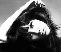 Cher for Vogue, 1966 by Photographer Richard Avedon Vintage Versace, Vintage Dior, Vintage Vogue, Vintage Glamour, Vintage Beauty, Vintage Hollywood, Robert Mapplethorpe, Steven Meisel, Alexa Chung