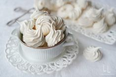 Tiramisu cu lamaie si capsuni | Laura Laurențiu Meringue Pavlova, Icing, Deserts, Sweets, Caramel, Cake, Food, Fine Dining, Sticky Toffee