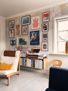 great stripped wall with up to ceiling framed pictures - love it