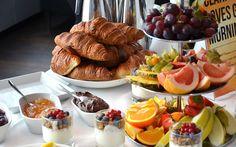 O Café da manhã é a principal refeição do dia. Ele ajuda a manter uma dieta saudável ao longo do dia e dá mais energia a pessoa durante o dia. Aposte em frutas variadas para enriquecer sua refeição.