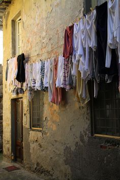 An Italian clothesline. Laundry Lines, Laundry Art, Laundry Drying, Doing Laundry, Clothes Pegs, Clothes Lines, Line Photography, Travel Photography, Blowin' In The Wind