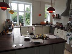 Jednoduchá, ale hezká kuchyň bez horních skříněk, vyfocená v Kodani.