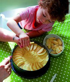Io preparo una torta di mele, così come la preparava la mia cara nonna. è stata la prima torta che ho imparato a realizzare nella mia vita, il profumo che emana mi rassicura, mi da un'equilibrio, mi fa sentire protetta. Amo prepararla per mangiarla durante la colazione con il te caldo, oggi mi aiuta a cucinarla tommy.
