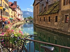 Annecy Haute Savoie is one of the most picturesque little cities in France, with its snowy mountain backdrop, turquoise blue lake and medieval town - it's gorgeous as these 7 photos show...