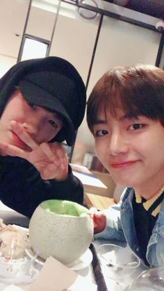 My two most favorite men in one photo, Kim Taehyung and Park Hyung-sik! Boys Over Flowers, Namjin, Yoonmin, Korean Actors, Korean Celebrities, Hoseok, Kpop, Park Bo Gum, Do Bong Soon
