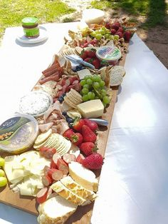 Create a Mouth Watering Grazing Table for a Wedding Food Platters, Cheese Platters, Grazing Platter Ideas, Antipasto Platter, Crudite Platter Ideas, Brunch, Grazing Tables, Cheese Party, Snacks Für Party