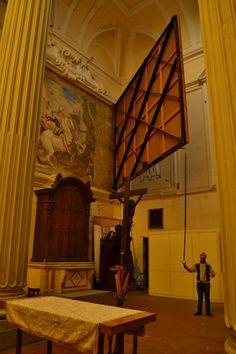 """NAPOLI - La tela """"semovente"""" e un grande affresco nascosto, Chiesa di San Giorgio Maggiore      L'affresco di Aniello Falcone fu scoperto (e poi preservato  grazie a questo meccanismo) solo nel 1993 in occasione del restauro  delle tele settecentesche"""