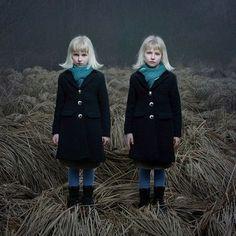 素晴らしき日々:双子のアート写真