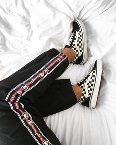 """Vans Old Skool Checkerboard – vor 10 Jahren konnte uns kaum ein Style so begeistern wie das """"Checkerboard"""" Muster von Vans. Deshalb findet man das Retro Muster jetzt auch immer wieder auf den Straßen. Lässt sich zu super vielen Sneaker Outfits kombinieren und sieht immer mega aus! https://www.instagram.com/amikemcho/"""