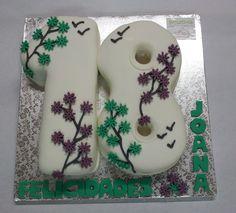 Joana cumple sus ansiados 18 años. Su familia nos ha encargado elaborar su tarta en fondant , pero el modelo lo ha diseñado ella misma. Celebras una fecha importante en tu vida? Nada mejor que una tarta en fondant con un diseño único para coronar el evento. ¡Llámanos al 616 849 394 y juntos diseñaremos la tarta en fondant mas apropiada para la fecha, tenemos el mejor precio de Málaga! www.depaulapasteleria.blogspot.com www.tartasmalaga.net www.pinterest.com/tartasmalaga