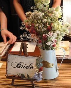 お手伝いシリーズ #受付サイン . . ウェルカムボードとお揃いの受付サイン 会場に馴染んでいてホッとしました ポイントはクラッキング加工でアンティーク感をちょっと出しているところです♡ イーゼルも枝で作ったフレームと色を合わせてウォルナットに . . #結婚式DIY #erkdiy #花嫁… | Pinteres…