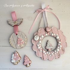 Pink & White Washed Wood Grain Wreath and Christmas Tree Cookies - Galletas de Navidad