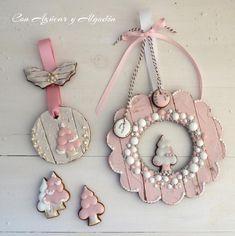 Pink & White Washed Wood Grain Wreath and Christmas Tree Cookies - Galletas de Navidad