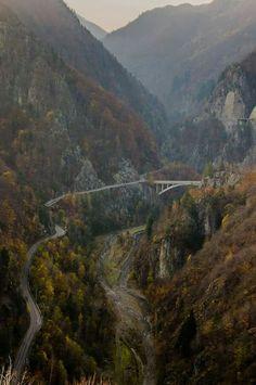 View From Cetatea Poenari - Reasons Why You Should Visit Romania - BoredPanda Domino Harvey, Peles Castle, Road Pictures, Visit Romania, Romania Travel, Tunnel Of Love, Carpathian Mountains, Nature Scenes, Beautiful Landscapes