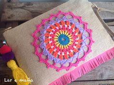 Bolsos de rafia y mandalas de crochet hechas a mano. www.laremana.blogspot.com Embroidery Patterns, Hand Embroidery, Knitting Patterns, Crochet Patterns, Crochet Cowel, Crochet Pouch, Burlap Bags, Jute Bags, Crochet Mandala