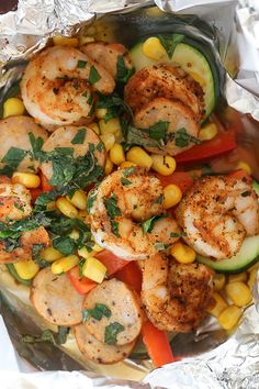 Cajun Shrimp in Foil Recipe Cajun Shrimp foil packets are so easy to make, anyone can do it! Spicy shrimp seasoned with Cajun spices, Andouille sausage, and rainbow colored vegetables are baked together in foil pouches. They are fast and e Ww Recipes, Seafood Recipes, Dinner Recipes, Healthy Recipes, Skinnytaste Recipes, Skinny Recipes, Fish Recipes, Seafood Meals, Delicious Recipes