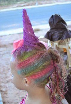 Niña con el cabello en forma de un cuerno de unicornio