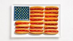 Bandeiras nacionais utilizando alimentos comuns para cada nação. Manjericão, massas e tomates criam as listras na bandeira da Itália, enquanto cachorros-quentes e pães foram utilizados para os EUA e azeitonas e queijo para a Grécia.