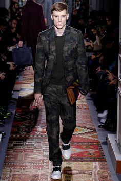 Maria Grazia Chiuri and Pier Paolo Piccioli presented their Fall/Winter 2014 collection for Valentino during Paris Fashion Week, featuring some military-inspired pieces, geometric patterns and luxurious materials. Men Fashion Show, Only Fashion, Mens Fashion, Paris Fashion, Runway Fashion, Military Chic, Military Looks, Vogue Paris, Smart Casual Men