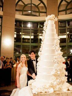 large white wedding cake Huge Wedding Cakes, Extravagant Wedding Cakes, Luxury Wedding Cake, Black Wedding Cakes, Amazing Wedding Cakes, Elegant Wedding Cakes, Wedding Cake Designs, Wedding Cake Toppers, Elegant Cakes