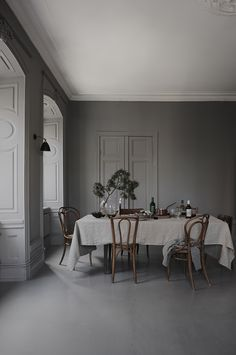 6 Stylish holiday deco ideas using bistro chairs - Daily Dream Decor Gray Interior, Home Interior, Dining Room Inspiration, Interior Inspiration, Sunday Inspiration, The Kinfolk Table, Ideas Hogar, Bistro Chairs, Deco Design