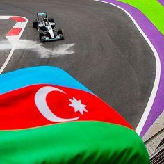 Mercedes-AMG F1 W08 Hybrid: Hamilton faz história com a pole em Baku Piloto inglês conquistou a pole position para o GP do Azerbaijão com o tempo de 1min40s593 justamente na última volta do treino classificatório em disputa com o companheiro Valtteri Bottas. Esta é a 66ª pole de Hamilton que superou Ayrton Senna e agora é o segundo maior piloto com pole positions da história da F1. Em primeiro lugar está o alemão Michael Schumacher com 68 poles. Ou seja Hamilton pode tomar a posição ainda…