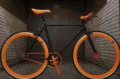 Vélo Fixie Single Speed Fabrik Driver - Noir Matt et Orange Fabrik Cycles Bici Retro, Velo Retro, Velo Vintage, Fixie Black, Velo Biking, Velo Design, Giant Bikes, Push Bikes, Cruiser Bicycle