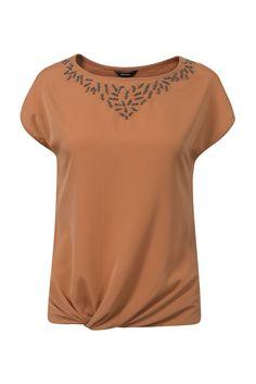 Shirt T-Shirt einfarbig Extra    Shirt mit kurzen Ärmeln und einem Rundhals-Ausschnitt mit silberfarbenen Perlen und Nieten. Das Shirt hat einen zierlich gedrehten Knoten am Saum. Taillierte Form, die Rückseite ist aus 100% Baumwoll-Qualität. Die Vorderseite ist aus glänzendem Stoff gefertigt. Hüftlänge. Länge in Größe 38/M: 64 cm.    Obermaterial: 100% Polyester  Material: Baumwolle  Hals: Run...